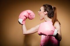 Boxeur féminin portant de grands gants de rose d'amusement jouant des sports Image stock