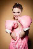 Boxeur féminin portant de grands gants de rose d'amusement jouant des sports Photographie stock libre de droits