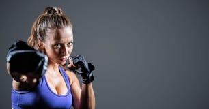 Boxeur féminin sur le fond gris photographie stock libre de droits