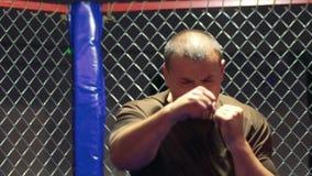 Boxeur faisant l'exercice dans le gymnase clips vidéos