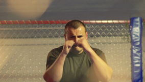 Boxeur faisant l'exercice dans le gymnase Mouvement lent clips vidéos