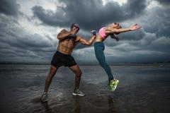 Boxeur fort avec des haltères pratiquant au coucher du soleil Image stock
