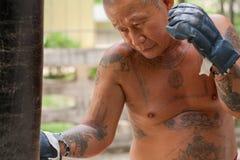 Boxeur frappant le sac de sable Photos stock