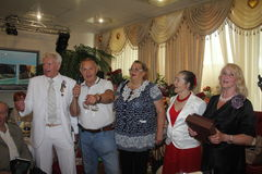 Boxeur légendaire Boris Lagutin avec des invités sur l'anniversaire de 75 ans Photo libre de droits