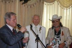Boxeur légendaire Boris Lagutin avec des invités sur l'anniversaire de 75 ans Images libres de droits