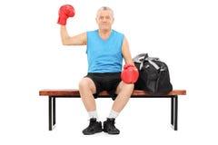 Boxeur mûr tenant son poing dans le ciel Photographie stock libre de droits