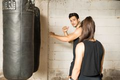 Boxeur masculin donnant des conseils à une femme Photos stock