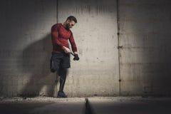 Boxeur mettant des bandages sur des mains photo stock