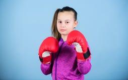 Boxeur mignon de fille sur le fond bleu Avec la grande puissance vient la grande responsabilit? Contraire ? st?r?otyper Enfant de photographie stock libre de droits