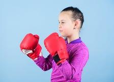 Boxeur mignon de fille sur le fond bleu Contraire ? st?r?otyper Enfant de boxeur dans des gants de boxe Ado s?r Plaisir de image stock