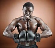 Boxeur musculaire avec émotion intense photo stock