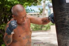 Boxeur poinçonnant le sac de sable Photographie stock libre de droits