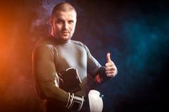 Boxeur posant sur le noir photographie stock