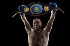 Boxeur professionnel d'isolement dans l'obscurit? noire de fond photos stock