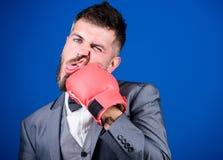 boxeur puissant d'homme pr?t pour la bataille d'entreprise coup de gr?ce et ?nergie combat Succ?s d'affaires et de sport Homme d' photos libres de droits