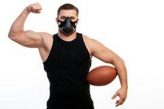 Boxeur sportif d'homme avec la boule de rugby photo stock