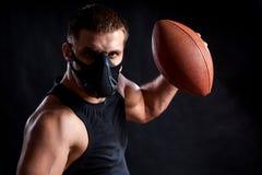 Boxeur sportif d'homme avec la boule de rugby images stock