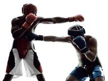 Boxeurs d'hommes enfermant dans une boîte la silhouette d'isolement photos libres de droits
