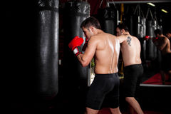 Boxeurs masculins s'exerçant à un gymnase images libres de droits