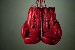 Boxhandschuhe, die von den Spitzeen hängen Stockfotos
