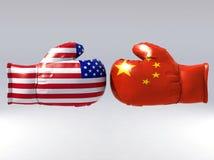 Boxhandschuhe mit USA- und China-Flagge Stockfoto