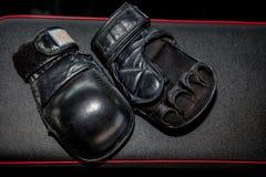 Boxhandschuhnahaufnahme auf einem schwarzen Hintergrund mit Raum für Text stockfoto