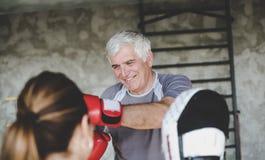 Boxning för äldre man i idrottshall Royaltyfri Fotografi