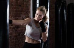 Boxning för skönhetkvinnautbildning Arkivbilder