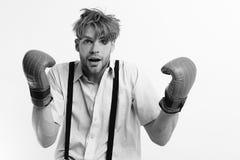 Boxning och komiskt konfliktbegrepp Nerd med läderaskutrustning på vit bakgrund royaltyfria bilder
