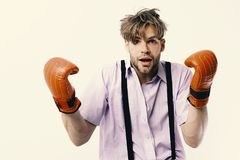Boxning och komiskt konfliktbegrepp Nerd med läderaskutrustning som isoleras på vit bakgrund royaltyfri bild