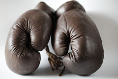 boxningen danade gammala handskar Arkivfoton