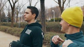 Boxninggenomkörare med instruktören utomhus Lagledaren med den gula toppluvan förklarar sträckning av förehavanden till den unga  arkivfilmer