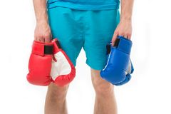 Boxninghandskar i hand av manboxaren 3d som isoleras på vit bakgrund sportmode med röda och blåa boxninghandskar boxningbegrepp m Arkivbilder