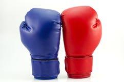 Boxninghandskar på en vit Arkivbilder