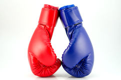 Boxninghandskar på ett vitt bakgrundsslut upp Royaltyfri Foto