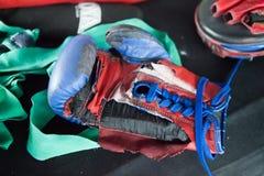 Boxninghandskar på kanfas i boxningsring Royaltyfri Fotografi