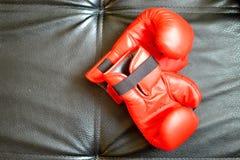 Boxninghandskar p? svart bakgrund arkivbilder
