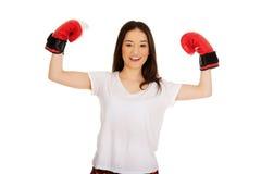 boxninghandskar som slitage kvinnabarn Royaltyfri Foto