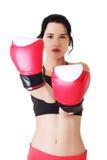Boxningkonditionkvinna som ha på sig röda handskar. Royaltyfria Bilder
