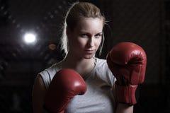 Boxningkvinna som går att slåss Arkivbilder