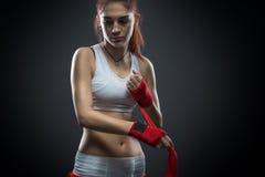 Boxningkvinnan binder in förbinda på hans hand, innan han utbildar, detaljfotoet Arkivbild