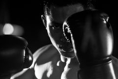 Boxningman som är klar att slåss Arkivfoto
