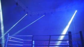 Boxningsring i ljus av projektorer för kampnatt stock video