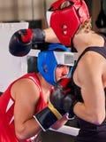 Boxningsring med boxaren för två män Mannen kopplar in kampsporter Royaltyfria Bilder