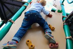 Boy climbs Royalty Free Stock Photos