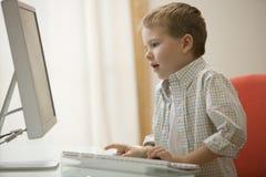 boy computer using young Στοκ Φωτογραφίες