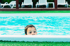 Boy dans la piscine Photo stock