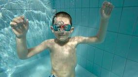 Boy dans la piscine clips vidéos