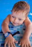 Boy dans la piscine Image stock