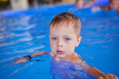 Boy dans la piscine Photographie stock libre de droits